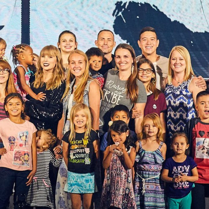 Taylor Swift invited 2,000 foster kids and their families to a final dress rehearsal for her Reputation Stadium Tour on May 5. The 28-year-old singer treated the group to a sneak peek of her show, and, to make it even sweeter, took the time to have a meet and greet with everyone who came! She posed for pictures, gave autographs, and even bought them pizza.