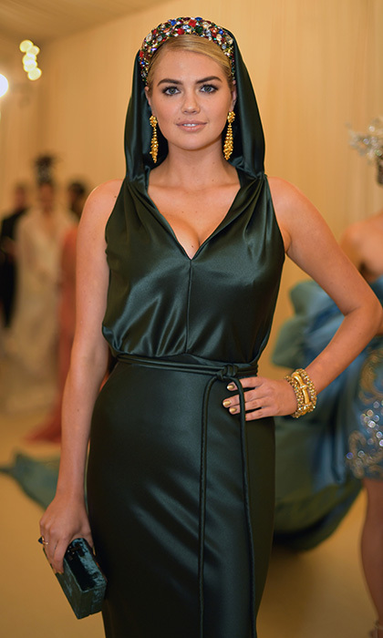 Kate Upton looked positively angelic in her gorgeous green Zac Pozen gown and colorful crown.