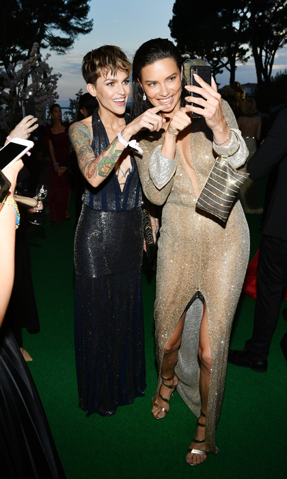 That's the one! Ruby Rose and Adriana Lima checked out the supermodel's phone during the amfAR Gala.