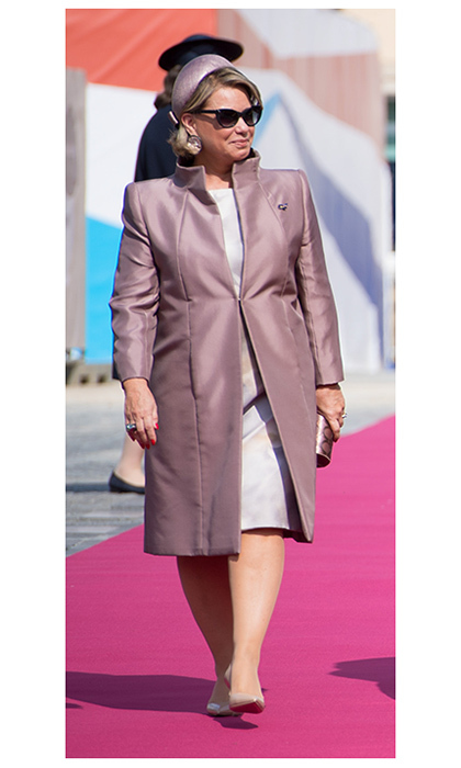 Grand Duchess Maria Teresa took advantage of the sunny weather with her chic sunglasses, worn at the welcoming ceremony with a mauve tailored coat and lavender dress.