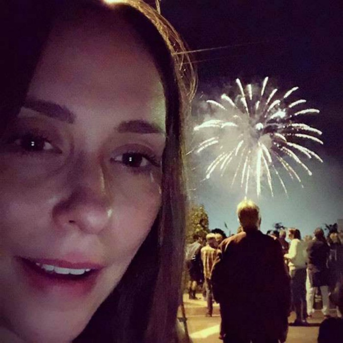 "Jennifer Love Hewitt had a BLAST watching the fireworks. Taking a selfie with the holiday tradition, she wrote: ""So grateful.""