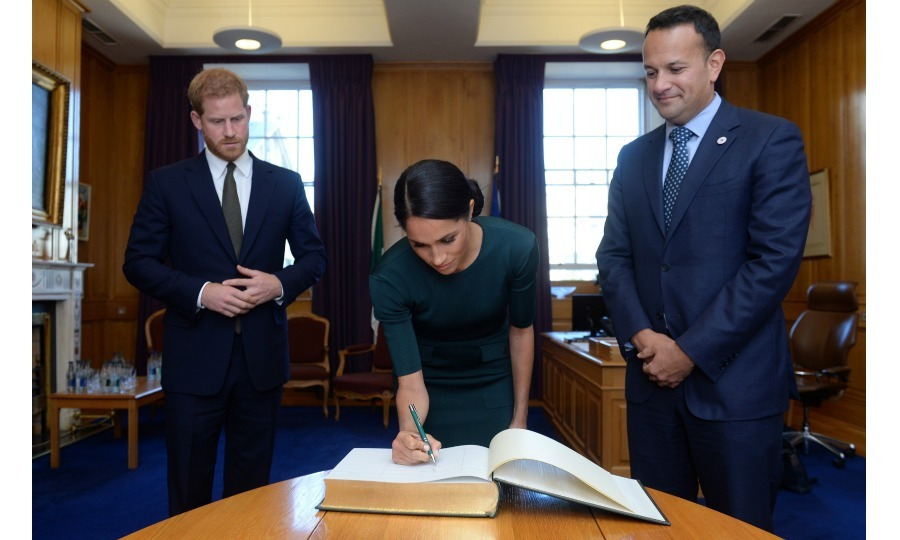 Official sign in! Harry and Meghan signed the visitors book in the office of the Taoiseach Leo Varadkar at the start of their two-day visit to Ireland. 