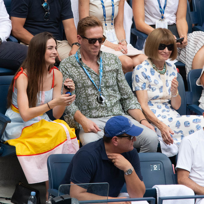 Damian Lewis was a lucky guy in the middle of Bee Schaffer and mom Anna Wintour during the US Open tournament. The trio watched Roger Federer and Benoit Paire.